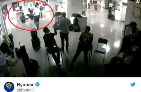 空姐睡地板上传照片到网上被开除,公司称其破坏公司形象资讯生活